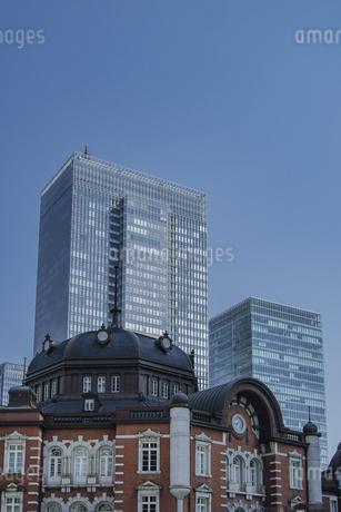 東京駅丸の内駅舎と高層ビルの写真素材 [FYI04330457]