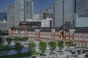 東京駅丸の内駅舎と高層ビルの写真素材 [FYI04330460]