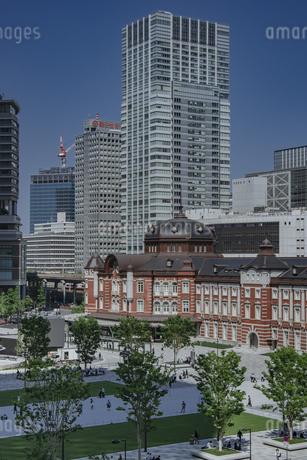 東京駅丸の内駅舎と高層ビルの写真素材 [FYI04330461]