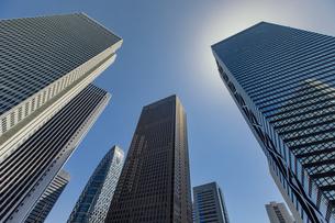 西新宿の高層ビル群と青空の写真素材 [FYI04330477]