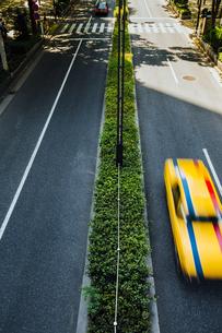 西新宿の道路と走る車の写真素材 [FYI04330479]