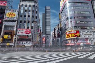 新宿歌舞伎町交差点と街並みの写真素材 [FYI04330483]