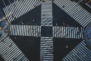 数寄屋橋交差点と行き交う人々の写真素材 [FYI04330492]