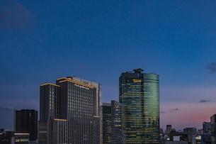 汐留の高層ビル群と夕暮れの空の写真素材 [FYI04330494]