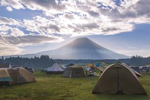 ふもとっぱらキャンプ場から望む早朝の富士山の写真素材 [FYI04330501]