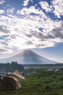 ふもとっぱらキャンプ場から望む早朝の富士山の写真素材 [FYI04330502]
