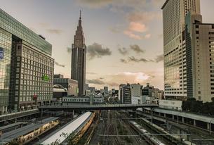 新宿駅南口周辺の街並みとNTTドコモ代々木ビルの写真素材 [FYI04330503]