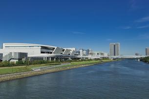 豊洲市場と運河と青空の写真素材 [FYI04330535]
