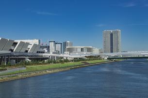 豊洲市場と運河と青空の写真素材 [FYI04330536]