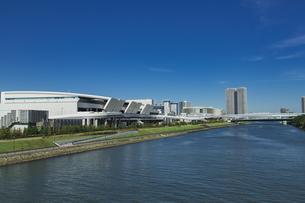 豊洲市場と運河と青空の写真素材 [FYI04330538]