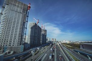 首都高速道路湾岸線と建設中の有明の高層ビルの写真素材 [FYI04330541]