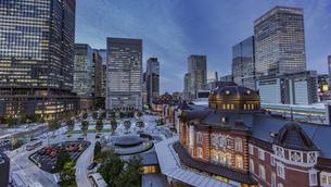 東京駅丸の内駅前広場と高層ビル群の夜景の写真素材 [FYI04330545]