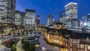 東京駅丸の内駅前広場と高層ビル群の夜景の写真素材 [FYI04330546]
