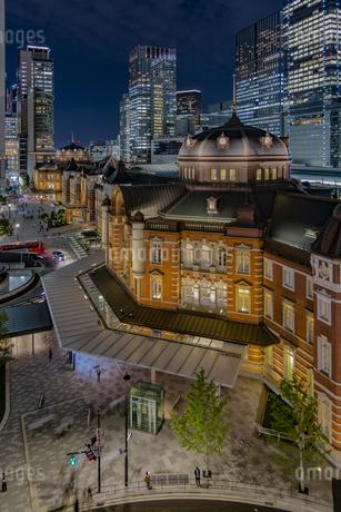 東京駅丸の内駅舎と高層ビル群の夜景の写真素材 [FYI04330547]