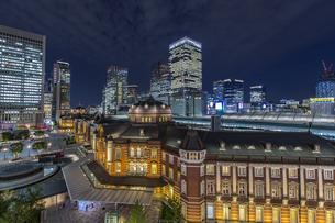 東京駅丸の内駅前広場と高層ビル群の夜景の写真素材 [FYI04330548]
