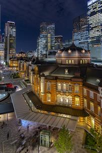 東京駅丸の内駅舎と高層ビル群の夜景の写真素材 [FYI04330549]