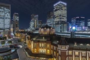 東京駅丸の内駅舎と高層ビル群の夜景の写真素材 [FYI04330550]