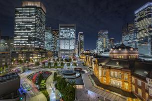 東京駅丸の内駅前広場と高層ビル群の夜景の写真素材 [FYI04330551]