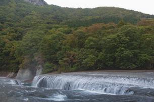 秋の吹き割りの滝 群馬県の写真素材 [FYI04330553]
