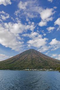 秋の男体山と中禅寺湖 栃木県の写真素材 [FYI04330555]