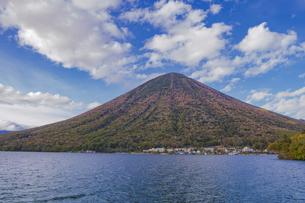秋の男体山と中禅寺湖 栃木県の写真素材 [FYI04330556]
