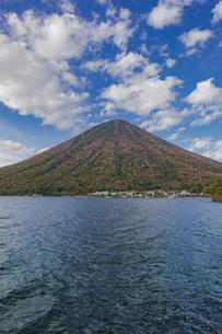 秋の男体山と中禅寺湖 栃木県の写真素材 [FYI04330557]