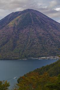 秋の男体山と中禅寺湖 栃木県の写真素材 [FYI04330560]