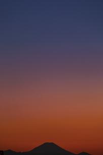 東京都豊島区から望む富士山のシルエットと夕焼けの写真素材 [FYI04330561]