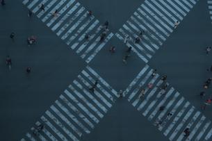 数寄屋橋交差点と行き交う人々の写真素材 [FYI04330577]