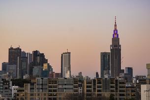 原宿から望む新宿周辺の高層ビル群 夕景の写真素材 [FYI04330580]