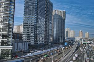 首都高速道路湾岸線と建設中の有明の高層ビルの写真素材 [FYI04330582]