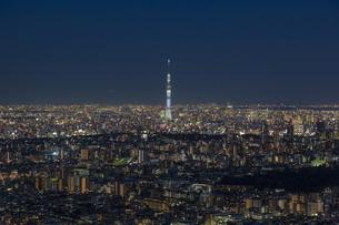 東京スカイツリーと東京の街並みの夜景の写真素材 [FYI04330595]