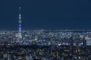 東京スカイツリーの夜景 特別ライティングの写真素材 [FYI04330604]