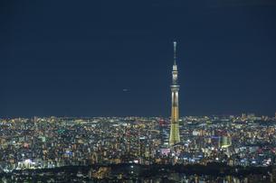 東京スカイツリーと東京の街並みの夜景の写真素材 [FYI04330621]