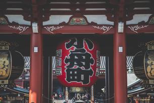 浅草寺の宝蔵門の提灯の写真素材 [FYI04330629]