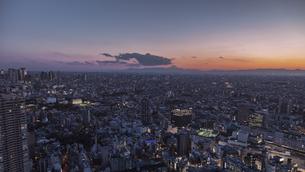 富士山のシルエットと池袋駅周辺のビル群の夕景の写真素材 [FYI04330639]