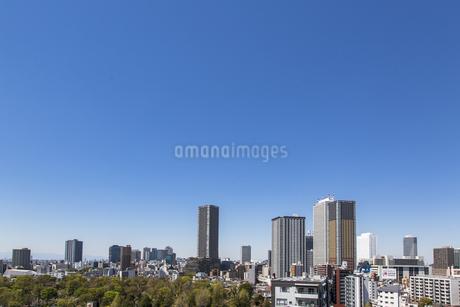 東池袋と池袋駅周辺のビル群と青空の写真素材 [FYI04330649]