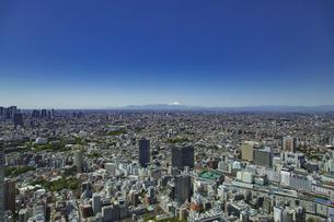 池袋駅周辺の街並みと富士山と青空の写真素材 [FYI04330664]