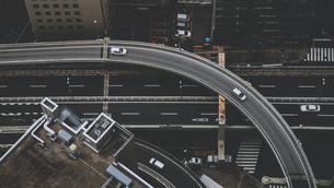 交差する高速道路と走る車の写真素材 [FYI04330694]