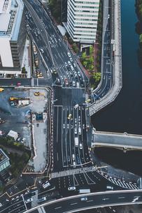 中央区築地5丁目付近の交差点と首都高速道路の交通の写真素材 [FYI04330707]