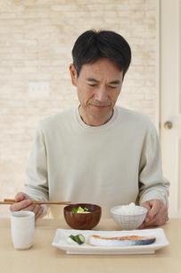 食欲不振の中年男性の写真素材 [FYI04330968]