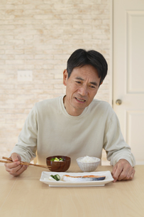 食欲不振の中年男性の写真素材 [FYI04330977]