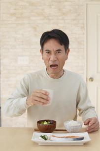 味覚に違和感を感じる中年男性の写真素材 [FYI04330981]