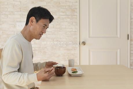 食欲不振の中年男性の写真素材 [FYI04330984]