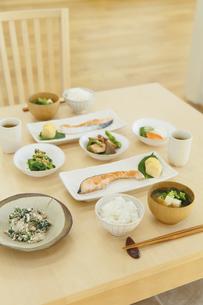 和朝食が並ぶ食卓の写真素材 [FYI04330989]