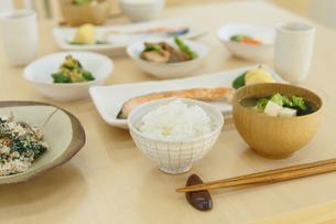 和朝食が並ぶ食卓の写真素材 [FYI04330990]