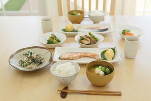 和朝食が並ぶ食卓の写真素材 [FYI04330991]