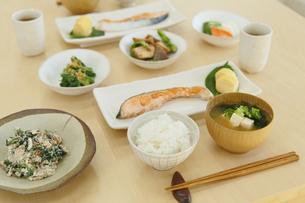和朝食が並ぶ食卓の写真素材 [FYI04330992]