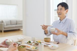 朝食を食べる中年男性の写真素材 [FYI04330995]