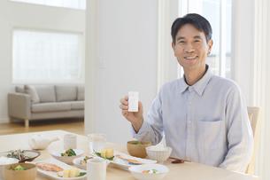 薬を持つ中年男性の写真素材 [FYI04330997]